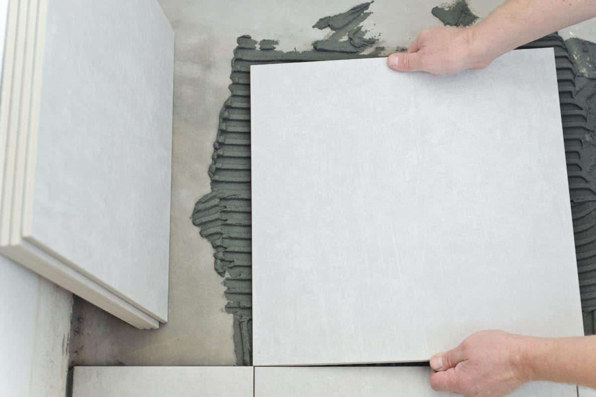 keramische tegels in mortel leggen